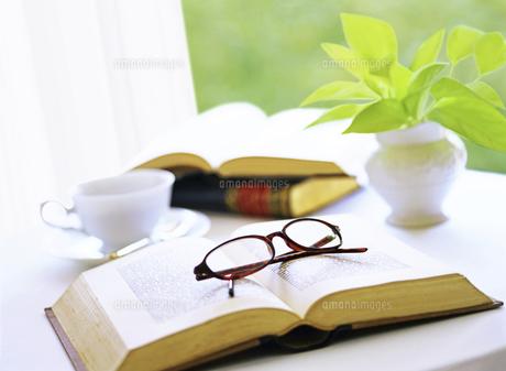 本とメガネの写真素材 [FYI04746100]