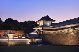 金沢城 橋爪門続櫓と夕焼け空に月の写真素材 [FYI04746172]