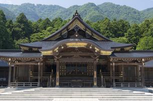 弥彦神社 本殿 拝殿の写真素材 [FYI04746316]