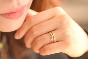 指輪をつけた女性のアップの写真素材 [FYI04746514]
