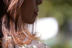 女性の横顔の写真素材 [FYI04746517]