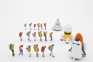 それぞれの宇宙船に乗るために列に並ぶ旅行者の写真素材 [FYI04746567]