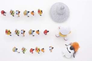 それぞれの宇宙船に乗るために列に並ぶ旅行者の写真素材 [FYI04746675]