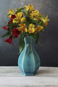 青い花瓶に活けたアルストロメリアの写真素材 [FYI04746703]