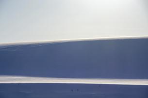 風でできた雪の影の写真素材 [FYI04746726]