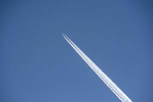冬の寒い朝の青空の飛行機雲の写真素材 [FYI04746727]