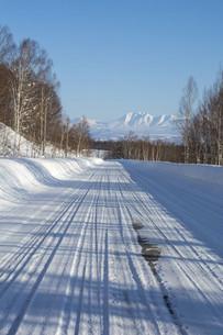 冬の道路と青空と山並みの写真素材 [FYI04746728]