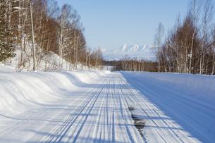 冬の道路と青空と山並みの写真素材 [FYI04746751]