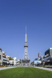 芝生越しの名古屋テレビ塔の写真素材 [FYI04746756]