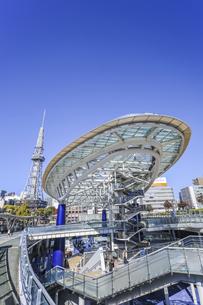 オアシス21水の宇宙船越しに名古屋テレビ塔を見るの写真素材 [FYI04746793]