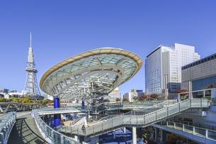オアシス21水の宇宙船越しに名古屋テレビ塔を見るの写真素材 [FYI04746794]
