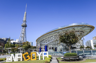 オアシス21水の宇宙船越しに名古屋テレビ塔を見るの写真素材 [FYI04746796]