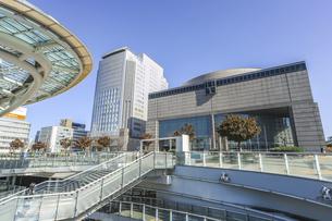 オアシス21より見る愛知芸術文化センターとNHK名古屋放送センタービルの写真素材 [FYI04746798]