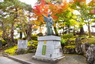 秋の上杉鷹山公像の写真素材 [FYI04746885]