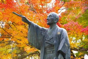 秋の上杉鷹山公像の写真素材 [FYI04746886]