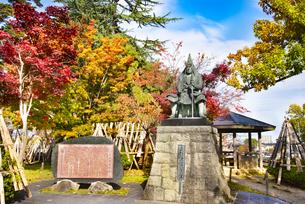 秋の上杉謙信公像の写真素材 [FYI04746891]