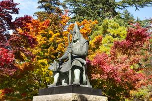 秋の上杉謙信公像の写真素材 [FYI04746892]