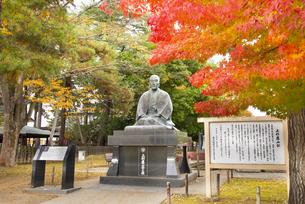 秋の上杉鷹山公像の写真素材 [FYI04746912]