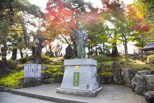秋の上杉鷹山公像の写真素材 [FYI04746977]