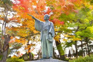 秋の上杉鷹山公像の写真素材 [FYI04746980]