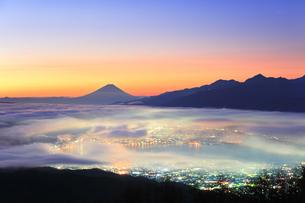 高ボッチ高原より諏訪湖と町明かりに雲海と富士山の写真素材 [FYI04746983]