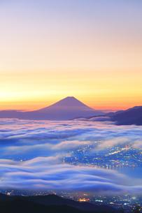 富士山と雲海に町明かりの写真素材 [FYI04746984]