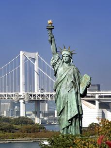 東京都 お台場の自由の女神とレインボーブリッジの写真素材 [FYI04747062]
