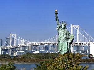 東京都 お台場の自由の女神とレインボーブリッジの写真素材 [FYI04747063]