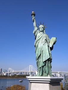 東京都 お台場の自由の女神とレインボーブリッジの写真素材 [FYI04747066]