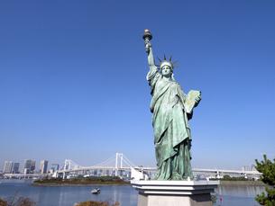 東京都 お台場の自由の女神とレインボーブリッジの写真素材 [FYI04747067]