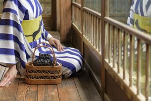 着物を着た女性の写真素材 [FYI04747095]