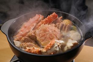 タラバ蟹と毛蟹の鍋の写真素材 [FYI04747107]