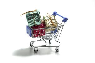 ミニチュアのショッピングカートに積まれたギフトボックスの写真素材 [FYI04747261]