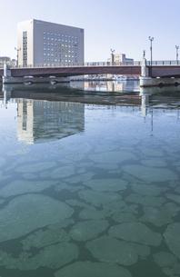 幣舞橋と蓮葉氷の写真素材 [FYI04747288]
