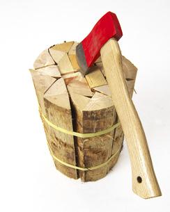 檜の薪と斧の写真素材 [FYI04747293]
