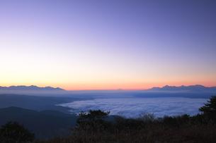 高ボッチ高原より雲海と朝焼けの遠望富士山の写真素材 [FYI04747337]