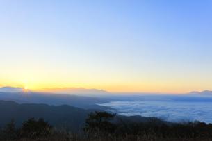 高ボッチ高原より八ヶ岳に朝日と雲海に遠望富士山の写真素材 [FYI04747338]