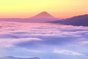 朝焼けの富士山と雲海の写真素材 [FYI04747339]