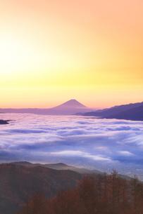 富士山と雲海に朝焼け空の写真素材 [FYI04747340]