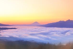 朝焼けの富士山と雲海の写真素材 [FYI04747341]