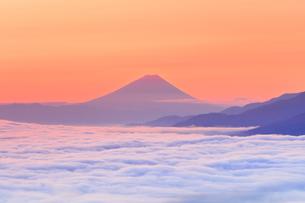 朝焼けの富士山と雲海の写真素材 [FYI04747342]