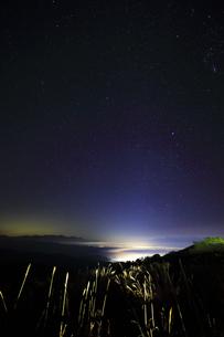 高ボッチ高原より諏訪方面に雲海と星空の写真素材 [FYI04747344]