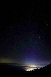 高ボッチ高原より諏訪方面に雲海と星空の写真素材 [FYI04747345]