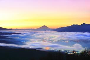 高ボッチ高原より諏訪湖と町明かりに雲海と富士山の写真素材 [FYI04747346]
