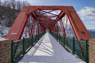 支笏湖に架かる道内最古の山線鉄橋の写真素材 [FYI04747378]