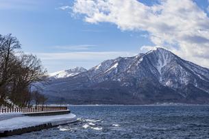 日本最北の不凍湖支笏湖と風不死岳の写真素材 [FYI04747380]