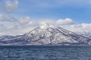 支笏洞爺国立公園の恵庭岳と支笏湖の写真素材 [FYI04747381]