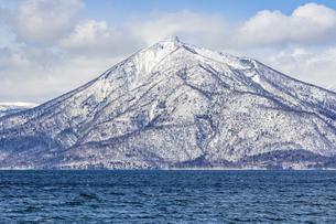 支笏洞爺国立公園の恵庭岳と支笏湖の写真素材 [FYI04747382]