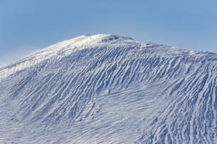 冬の樽前山の険しい山肌の写真素材 [FYI04747391]