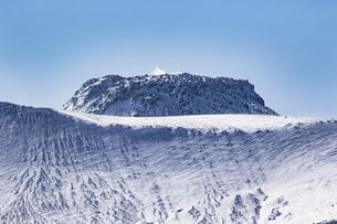 特徴ある形状をした樽前溶岩ドームの写真素材 [FYI04747392]